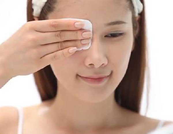 Cách sử dụng nước hoa hồng đối với tẩy trang
