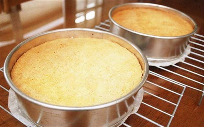 Cho bánh vào khuôn và bắt đầu nướng