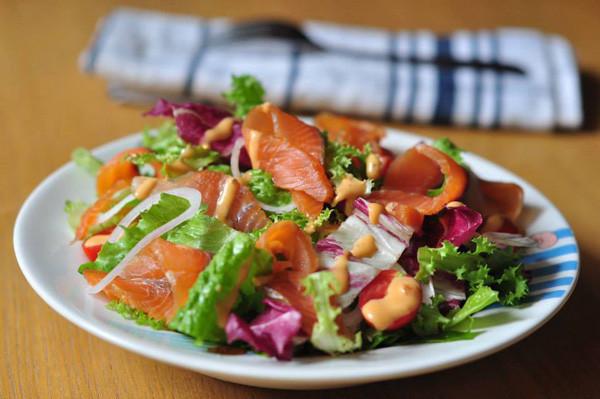 Salad cá hồi hun khói giúp giảm cân nhưng vẫn cung cấp đủ chất dinh dưỡng