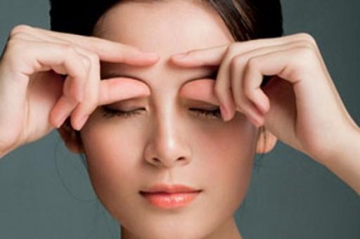 Massage giúp giảm các nếp nhăn trên vùng trán và hai chân mày